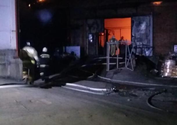 Крупный пожар произошел на складе в Краснодаре