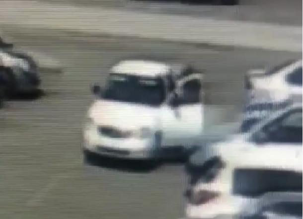 Кража средь бела дня: На парковке торгового центра Краснодара ограблен мужчина