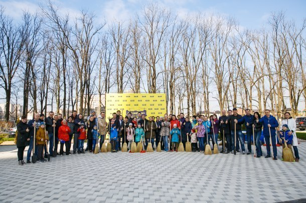 Жители микрорайонов «Панорама» и «Губернский» встретили весну масштабным субботником