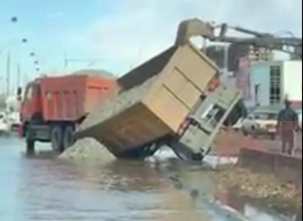 На затопленной улице Московской в Краснодаре провалился «КамАЗ» с прицепом