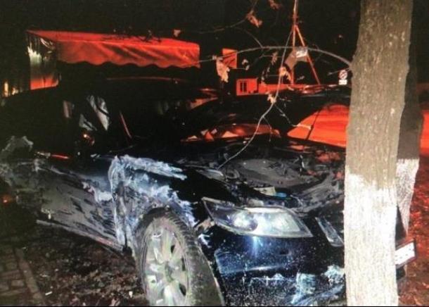 В Краснодаре водитель дорогостоящей иномарки врезался в дерево и сбежал