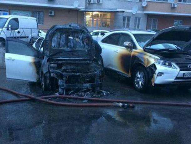 В Краснодаре сгорели одновременно два дорогостоящих авто - «Лексус» и «Тойота Камри»