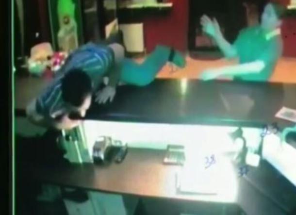 В Краснодаре мужчина устроил «позорную» драку с девушкой в отеле