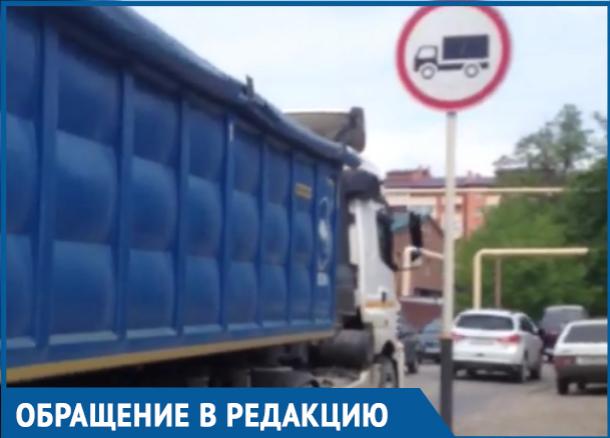 Грузовики, несмотря на запрет, ездят и разбивают улицу в Краснодаре