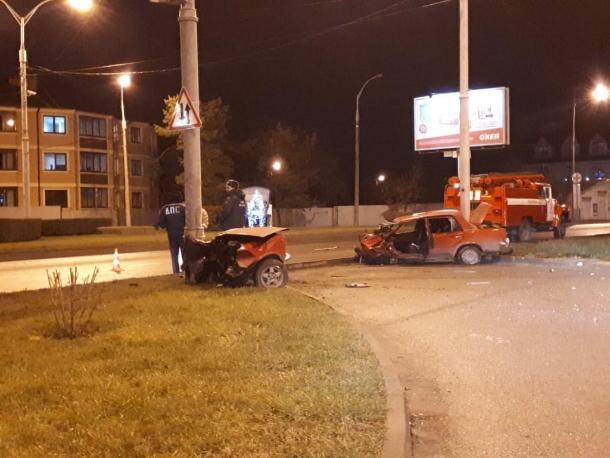 В Краснодаре ВАЗ врезался в столб: авто разорвало пополам, водитель погиб на месте