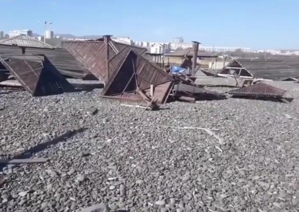 На пляже Новороссийска ураган снес здания и деревянные зонтики