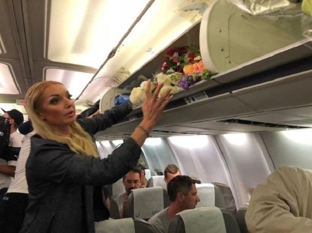 Цветы натреть самолета: Волочкова стала первопричиной скандала вовремя рейса