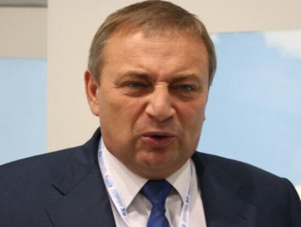 «Подарков могло не хватить, поэтому положил на землю» - фейковый мэр Сочи попытался оправдать поступок в ВК