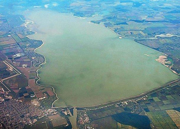 Оперативные служб экстренно выехали наКрюковское водохранилище для устранения просадки грунта