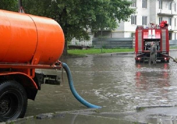 На 18 участках дорог Краснодара откачивают воду после ливня