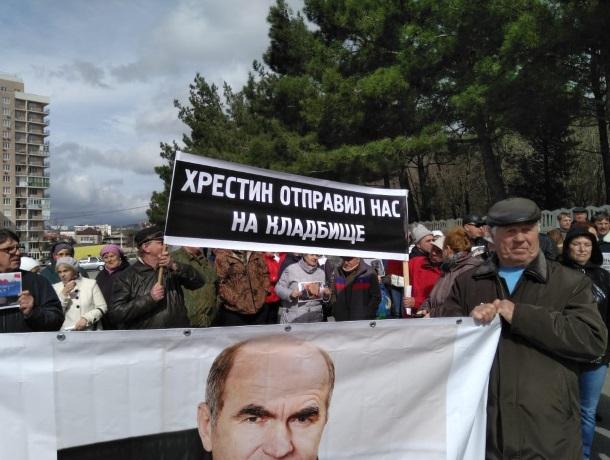 Жители предложили уйти в отставку главе Геленджика Виктору Хрестину, а думе ее принять