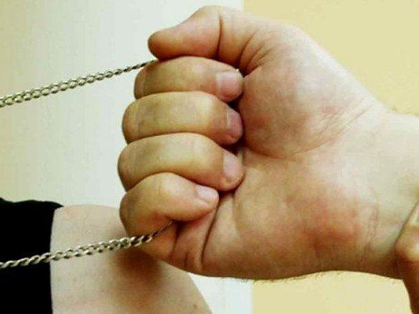 ВТуапсе мужчина ограбил пенсионерку, которой помог донести сумочки додома