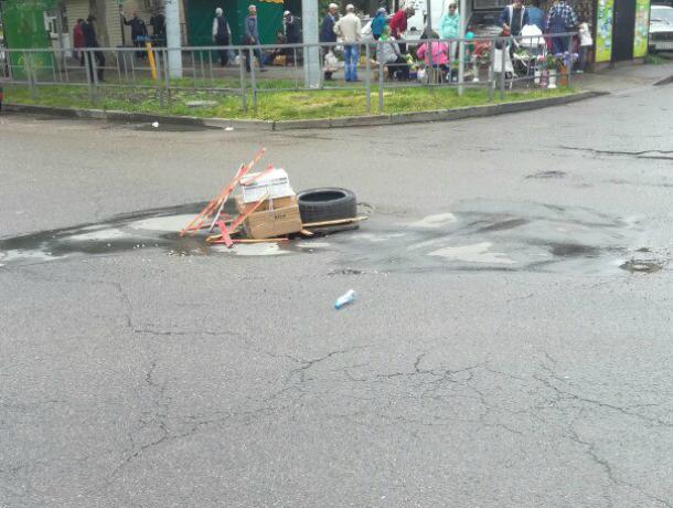 Краснодарцы пометили глубокие ямы на дорогах экстравагантным способом
