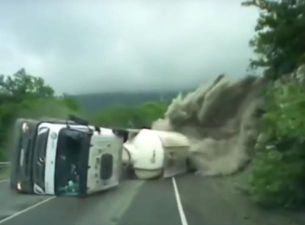 Появилось видеозапись момента опрокидывания цементовоза под Новороссийском
