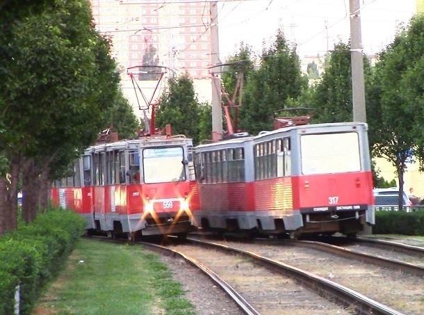 В Краснодаре трамвай врезался в легковой автомобиль