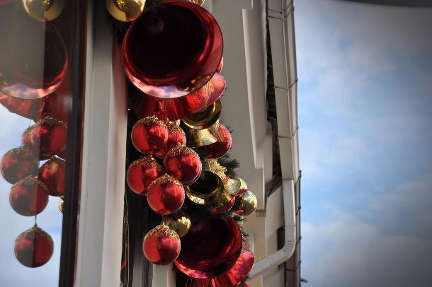 ВКраснодаре нетрезвая девушка украла новогодний шар сгородской елки