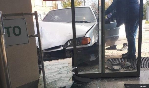 Машина в Армавире протаранила магазин