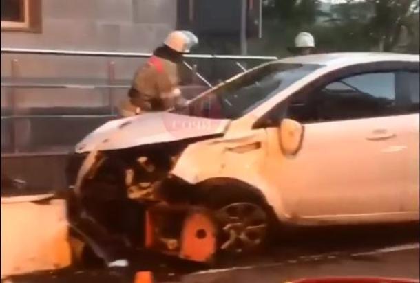 «Водитель уснул»: таксист врезался в отбойник в Сочи