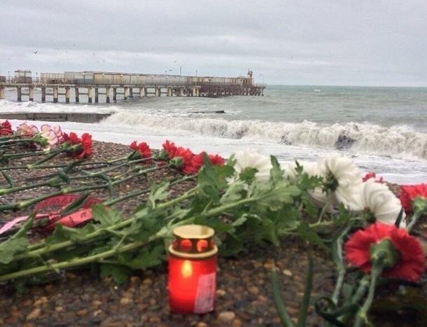 К месту гибели пассажиров ТУ-154 под Сочи несут цветы
