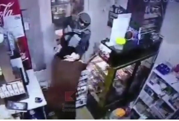 В Краснодаре грабитель жестоко избил продавщицу торгового ларька
