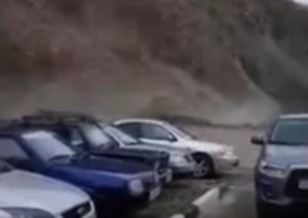 «Армагеддон!»: под Туапсе вблизи парковки сошел оползень
