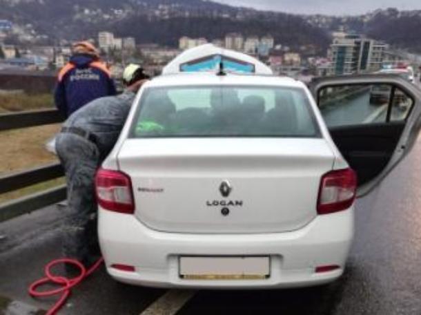 Утром в Сочи спасатели вытащили зажатого в авто после ДТП мужчину