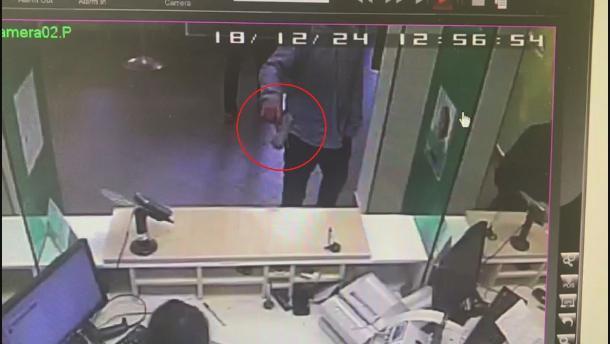 С пистолетом в руках неизвестный поздравил людей в банке Краснодара с Новым годом