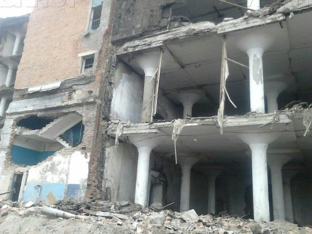 ВКраснодаре при сносе обрушилась стена хладокомбината. Под завалами могут находиться люди