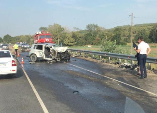 При столкновении иномарки и грузовика в Краснодарском крае пострадали два человека
