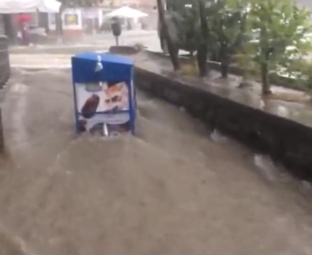 По улице поплыл холодильник с мороженым после дождя в Туапсе