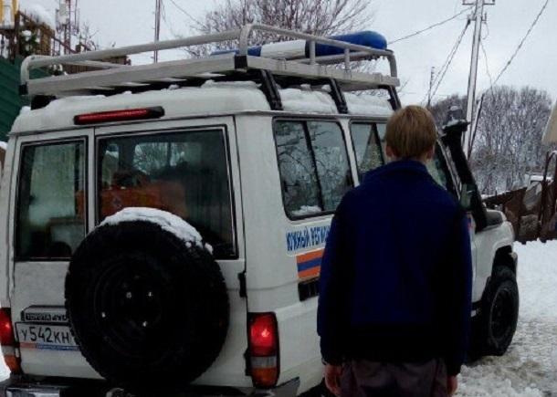 ВСочи пострадавшую женщину транспортировали наносилках иззаснеженного посёлка