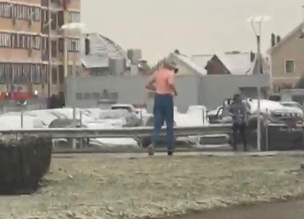 Полураздетый «спортсмен» в противогазе напугал жителей Краснодара