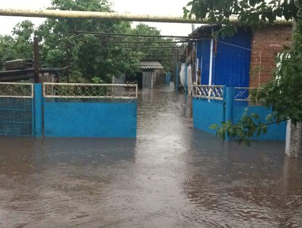 На Кубани одинокая пенсионерка стала заложницей собственного дома из-за потопа
