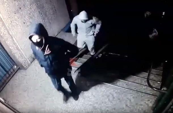 Ограбление женщины возле подъезда в Краснодаре попало на видео