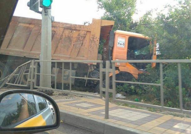 Грузовик без тормозов протаранил машину и прицеп в Краснодаре, а потом вылетел в кювет