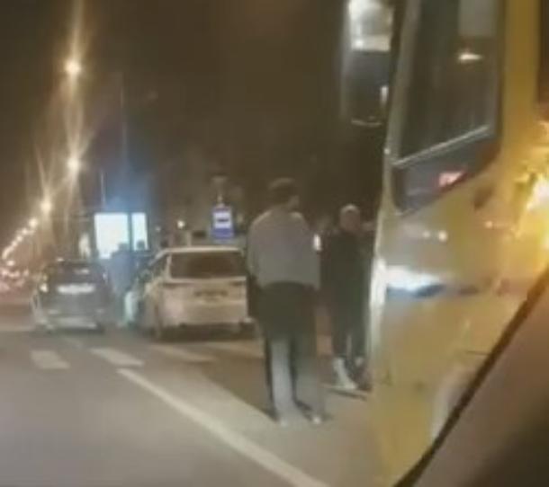 В Краснодаре пешеход не дошел до «зебры» и угодил под колеса маршрутки
