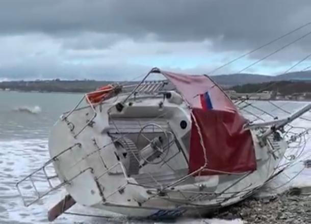Яхта с пассажирами опрокинулась в Черном море