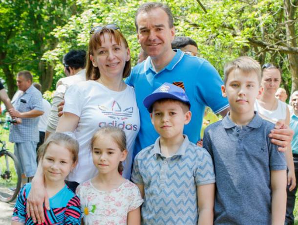 Губернатор Кубани «засветился» на реконструкции боев с семьей