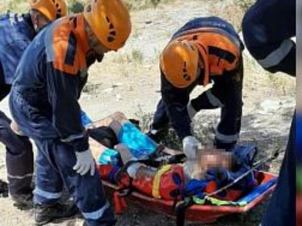 Турист, спускаясь к севшему на мель «Рио», сорвался со скалы