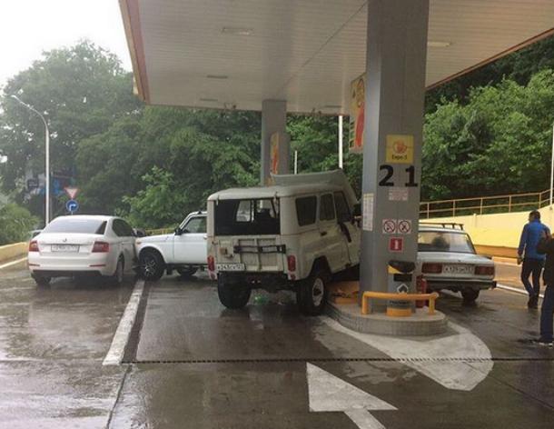 Водитель на УАЗике в Сочи протаранил «Ниву», а потом сбил бензоколонку