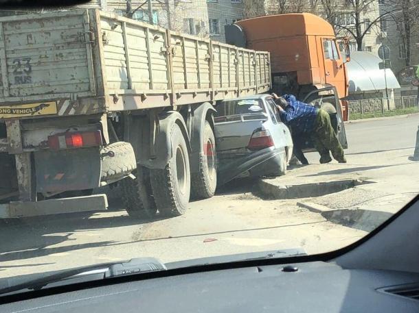 В Краснодаре «КамАЗ» раздавил иномарку