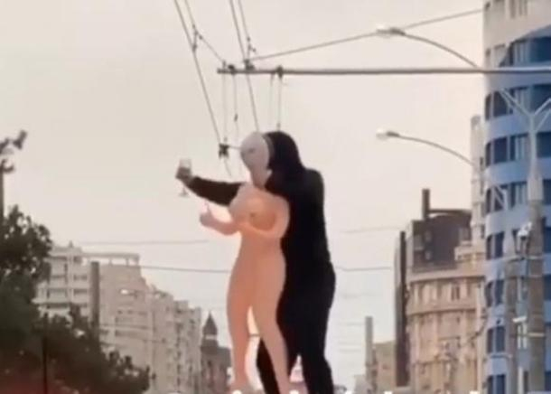 Мужчина с куклой из секс-шопа проехал на крыше лимузина по улицам Краснодара
