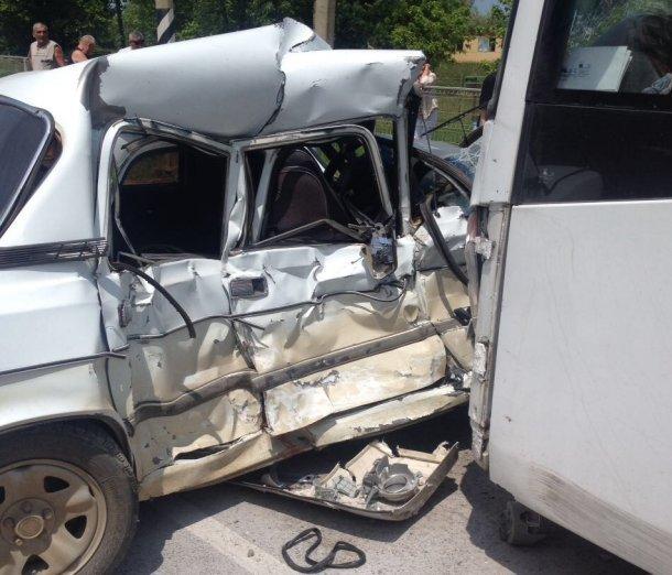ВАбинском районе при столкновении рейсового автобуса илегковушки умер мужчина