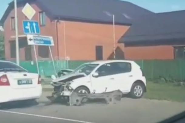 На Кубани автоледи на иномарке врезалась в автомобиль ДПС