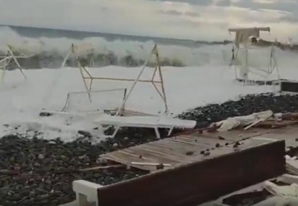 Ночной шторм в Сочи разрушил пляж