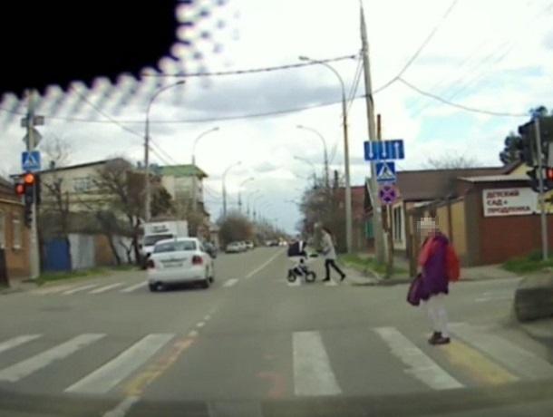 «По встречке, на красный и чуть не сбил коляску»: «краснодарский стиль езды» попал на видео
