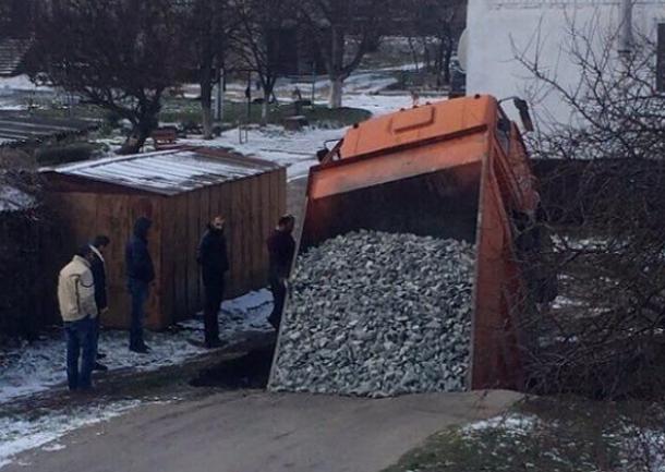 Грузовик с гравием провалился в огромную яму на дороге под Анапой