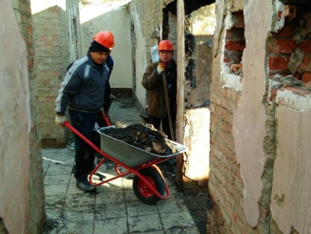 Пострадавшую отпожара многоэтажку вКраснодаре освобождают отгорелого мусора