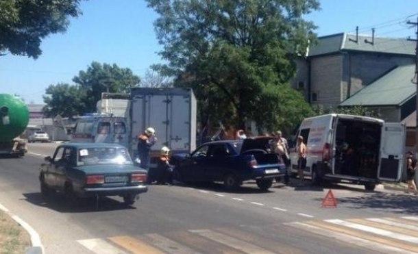 Водителя зажало после столкновения с грузовиком в Новороссийске