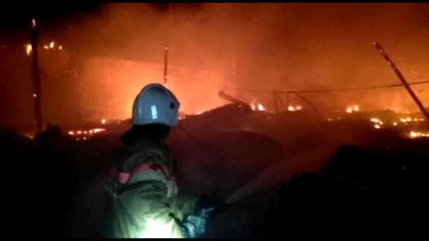 Сложный пожар на складах в Северской тушили около 12 часов